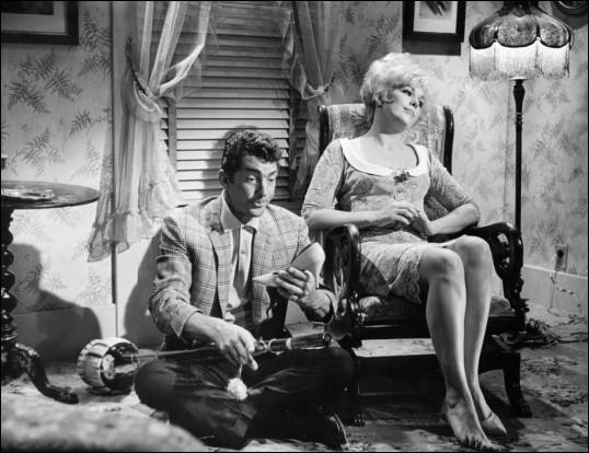 """""""Embrasse-moi, idiot"""" (Kiss Me, Stupid), film américain sorti en 1964, avec Dean Martin et Kim Novak, a été réalisé par ..."""