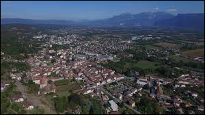 Ville de 7 600 habitants du département de l'Isère, située dans la vallée de l'Isère au pied du plateau de Chambaran :