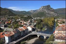 Petite ville de 3 000 habitants du département de l'Ariège, située dans la vallée de l'Ariège, dominée par les premiers sommets pyrénéens :