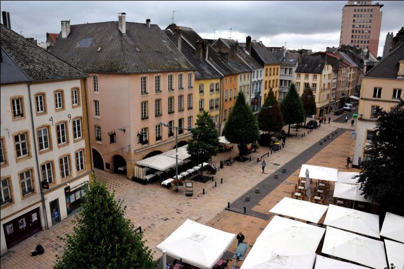 Ville lorraine de 40 000 habitants, située sur la Moselle, au centre d'une agglomération de plus de 100 000 habitants :