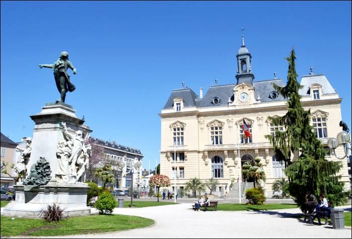 Ville de 40 000 habitants du département des Hautes-Pyrénées, située dans le piémont pyrénéen, sur les rives de l'Adour :