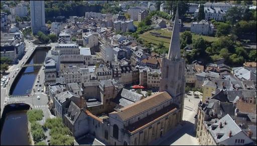 Ville de 14 000 habitants du département de la Corrèze, située dans une partie très encaissée de la rivière Corrèze :