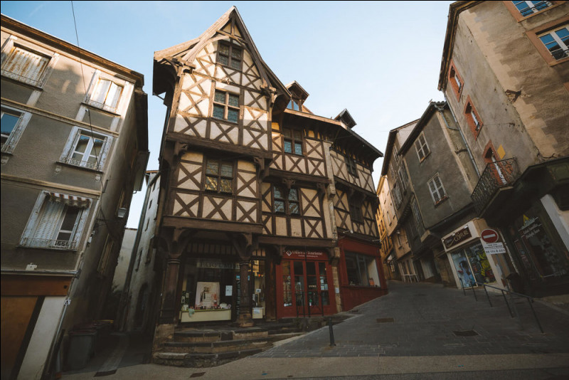 Ville de 11 000 habitants du département du Puy-de-Dôme, connue pour sa coutellerie, située dans la vallée encaissée de la Durolle, affluent de la Dore, sur les premiers contreforts du Forez :