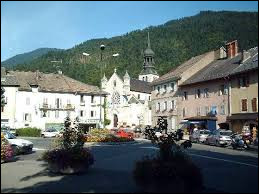 Petite ville de 6 500 habitants du département de la Haute-Savoie, située dans la vallée du Fier, dans le massif des Aravis :