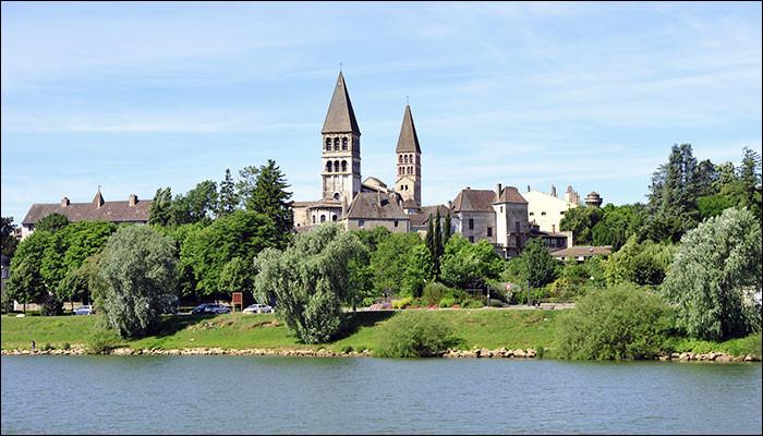 Petite ville de 5 500 habitants du département de Saône-et-Loire, située sur la Saône et dominée par l'abbaye Saint-Philibert :