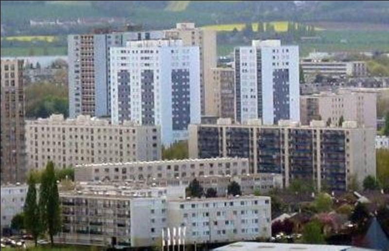 Ville de 32 000 habitants du département des Yvelines, située entre Versailles, la forêt de Rambouillet et la vallée de Chevreuse, ancien grand centre ferroviaire :