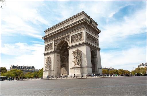 En quelle année fut achevée la construction de l'Arc de Triomphe à Paris ?