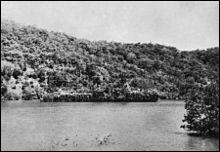 En quoi était déguisé le HNLMS Abraham Crijnssen, de la Marine royale néerlandaise, pour échapper à la détection japonaise et afin d'effectuer une retraite (réussie) vers l'Australie en 1942 (indice : photo) ?