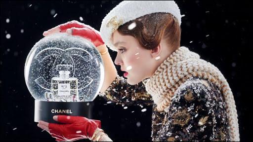 Qui est cette star, égérie d'un parfum de Chanel ?