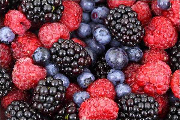 Lequel de ces fruits n'est pas un fruit rouge ?