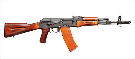 Quel est ce ce fusil d'assaut automatique, robuste, fiable, facile d'entretien et peu coûteux ?
