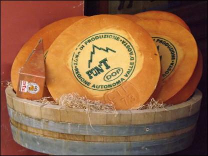 Quel est ce fromage italien au lait cru de vache produit dans la vallée d'Aoste ?