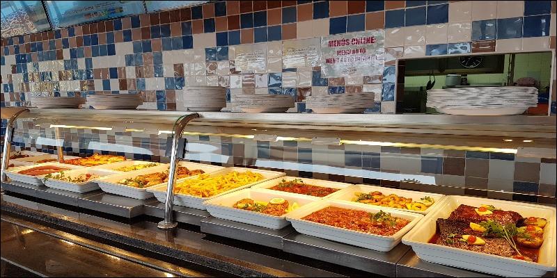 Puis, c'est ici que les élèves et les personnels déjeunant sur le site récupèrent leur plateau-repas. Ceci est le...