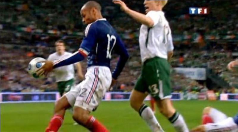 En 2009, Thierry Henry réalise sa célèbre main contre l'Irlande en barrage-retour des qualifications pour la Coupe du monde 2010. Quel joueur fait-il marquer grâce à sa main pour qualifier l'équipe de France ?