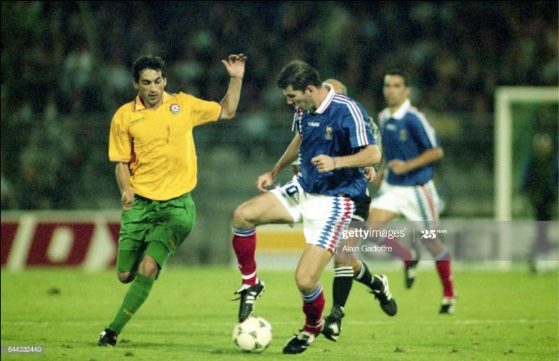 Contre quelle équipe la France a-t-elle obtenu sa plus large victoire conclue sur le score de 10-0 en 1995 ?