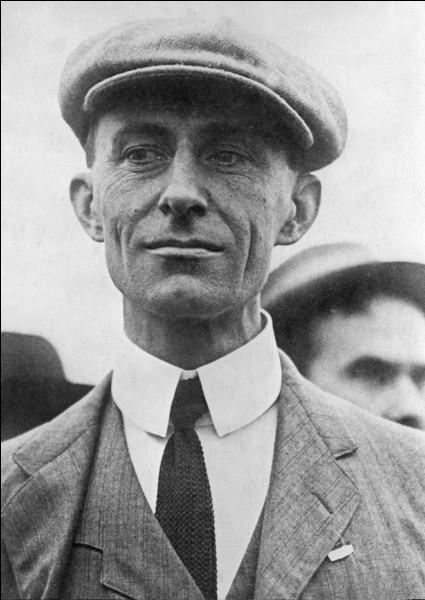 Cet américain a été, avec son frère Orville, un des grands pionniers de l'aviation. Il est célèbre par ses vols réalisés en France en 1908. Il se prénomme ...