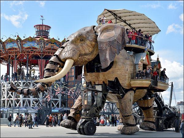Pour finir mon périple, je vais à Nantes, voir ces drôles de machines. Un mélange des « mondes inventés » de Jules Verne, de l'univers mécanique de Léonard de Vinci et de l'histoire industrielle de Nantes. Quel est le nom donné à cet endroit ?