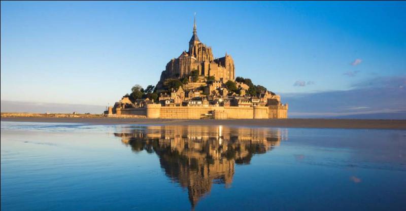 Première halte en route : le fameux Mont-Saint-Michel et sa belle architecture ! Mais où est-il situé ?