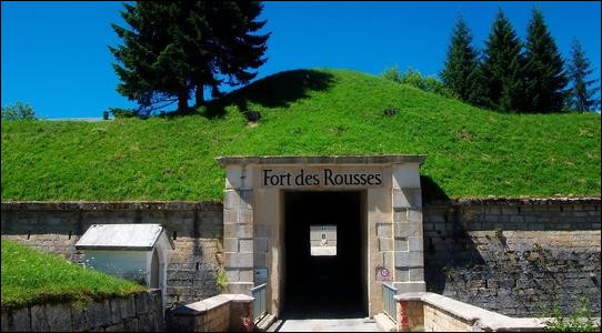 De nouveau sur les routes, je vais vers le sud et m'arrête au Fort des Rousses. Que contient le fort de nos jours ?