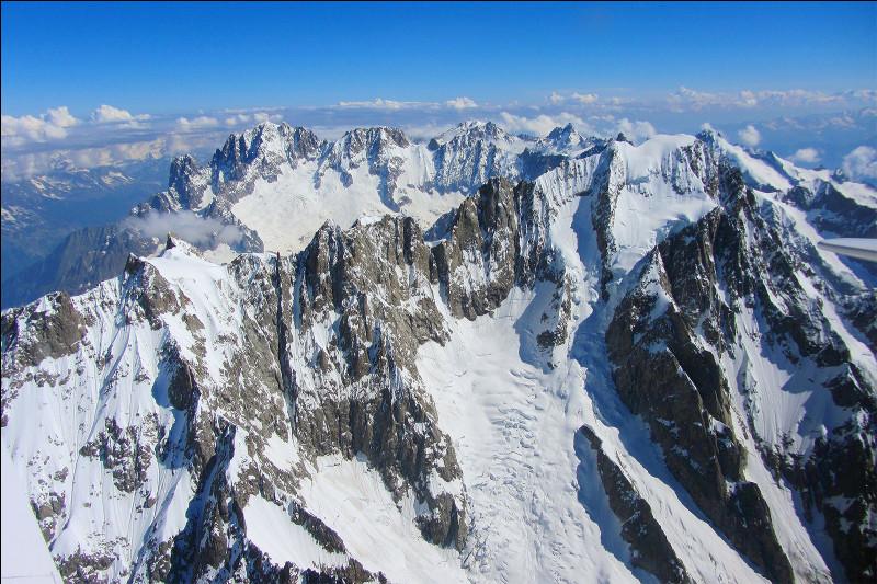 Toujours un peu plus au sud, je souhaite me dégourdir les jambes en allant skier. Je vais dans le célèbre massif du Mont-Blanc. Quelle est l'altitude de ce massif ?