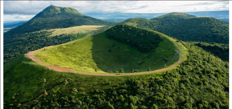 Aujourd'hui, direction le Massif central ! J'aime y faire de belles randonnées et me renseigner sur la géologie du coin. Sur la photo, nous voyons le volcan emblématique de la pub Volvic, connaissez-vous son nom ?