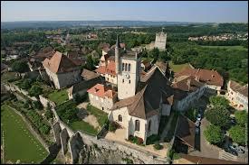 """Voici une jolie petite ville possédant une tour médiévale, surnommée la """"cité des peintres"""". Quel est son nom ?"""