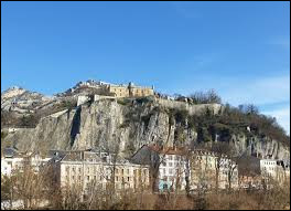 Voici un fort militaire surplombant de 264 mètres la ville de Grenoble. Il s'agit du fort de la...