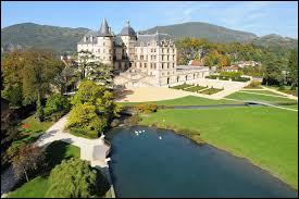 Voici ce beau château qui se trouve dans la ville de Vizille. Qu'abrite-t-il depuis 1984 ?