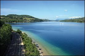 """Voici le lac de Paladru, surnommé le """"lac bleu"""" qui est un lac..."""