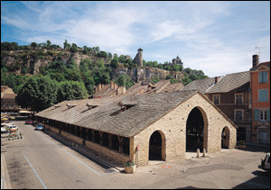 Voici une commune ayant conservée sa cité médiévale. Quel est son nom ?
