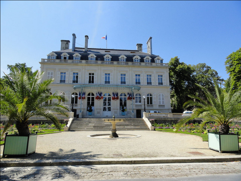 Après la Première Guerre mondiale, la famille Auban-Moët a cédé à la ville son hôtel particulier pour en faire un bâtiment administratif. C'est...