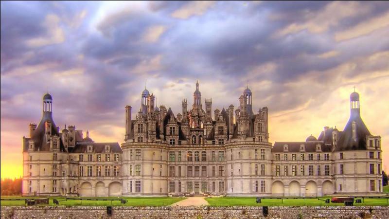 """Chef d'œuvre de la Renaissance dont on gardera en mémoire son """"grand escalier à double révolution"""", c'est le plus vaste des châteaux de la Loire, édifié à l'initiative de François 1er, en 1519 :"""