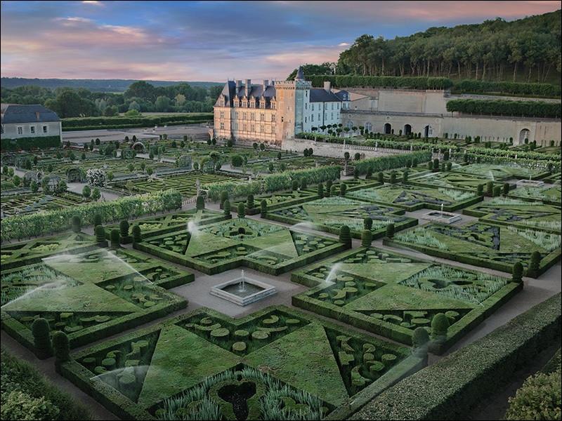 Quel est ce palais de la Renaissance, situé en Indre-et-Loire, dont on admire ici les jardins de rêve ?