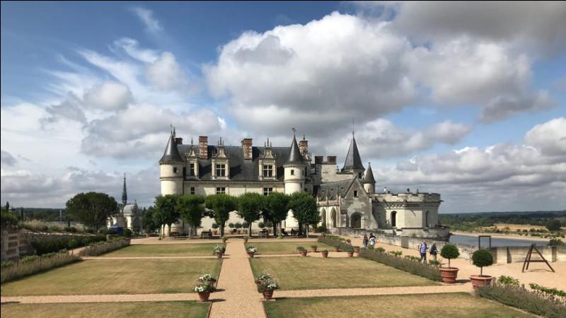 Voici le somptueux château qui abrite le tombeau de Léonard de Vinci, au sein de la chapelle Saint-Hubert, en Indre-et-Loire :