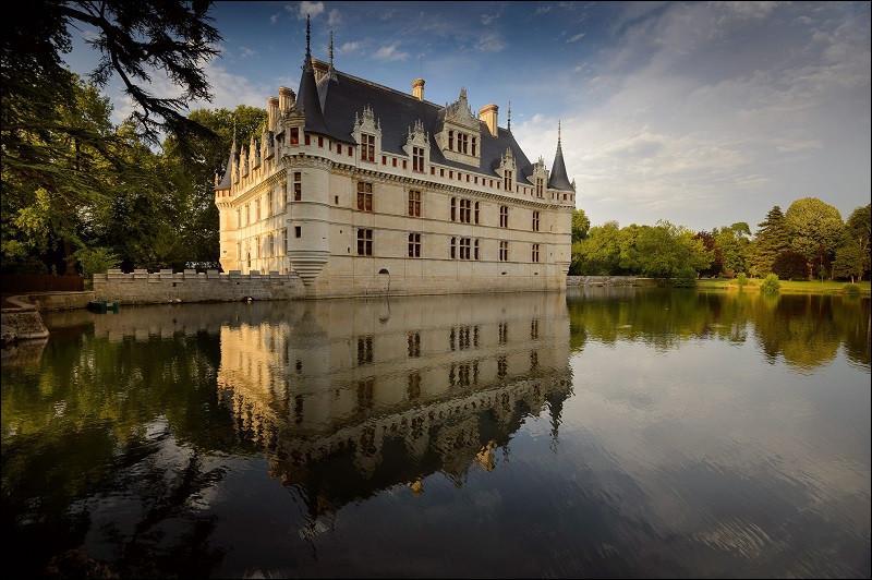 Quel est ce château à découvrir entre Tours et Chinon, édifié sous le règne de François 1er et magnifiquement restauré entre 2015 et 2017 ?