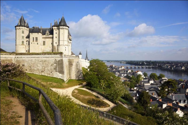 En photo, voici le château de Saumur. Au cours de son histoire, Le château devient une prison. Qui donna l'ordre de créer cette prison ?