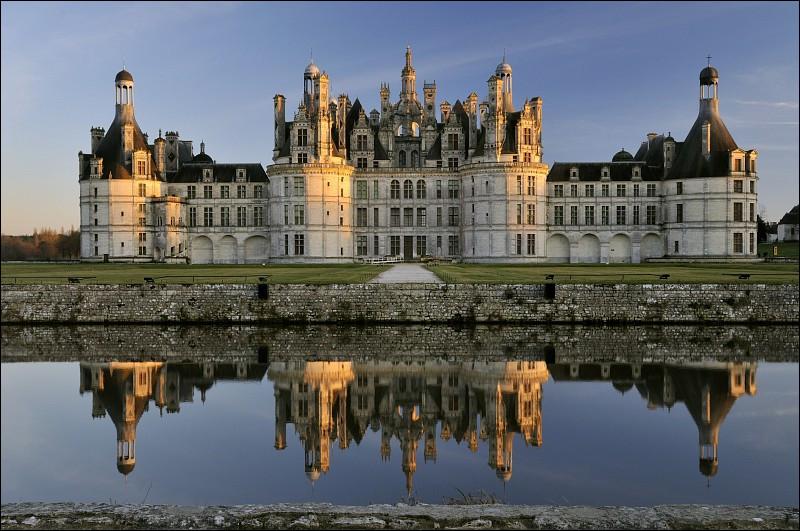 Le château de Chambord est un château français situé dans le département de Loir-et-Cher. Construit dans le plus grand parc forestier clos d'Europe, il est le plus vaste des châteaux de la Loire. Une caractéristique du château permet de le différencier de tous les autres. Parmi les trois réponses suivantes, laquelle est cette caractéristique ?