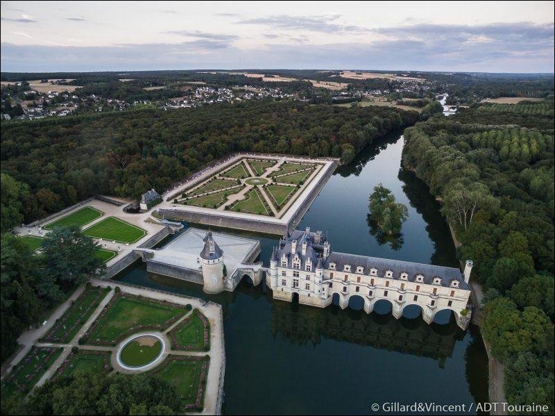 Ce château célèbre pour sa galerie à deux étages qui domine le Cher, à été construit, aménagé et transformé par trois femmes très différentes : Katherine Briçonnet, Diane de Poitiers et Catherine de Médicis. Savez-vous quel est ce château ?