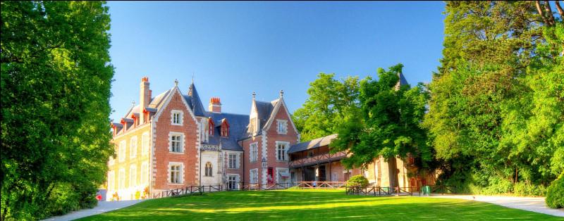Le château du Clos Lucé est un château classé comme monument historique. Il est aujourd'hui un véritable lieu d'exposition, d'interprétation des œuvres d'une personne très connue, qui y a vécu durant trois années. Qui est-ce ?
