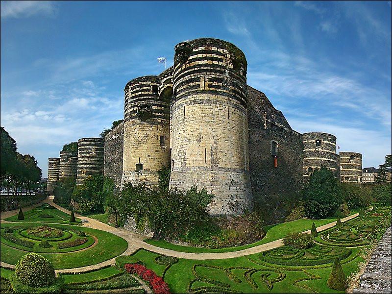 Le château d'Angers est une forteresse placée stratégiquement sur le point le plus haut de la ville d'Angers. Ce château répond également à un autre nom, savez-vous lequel ?