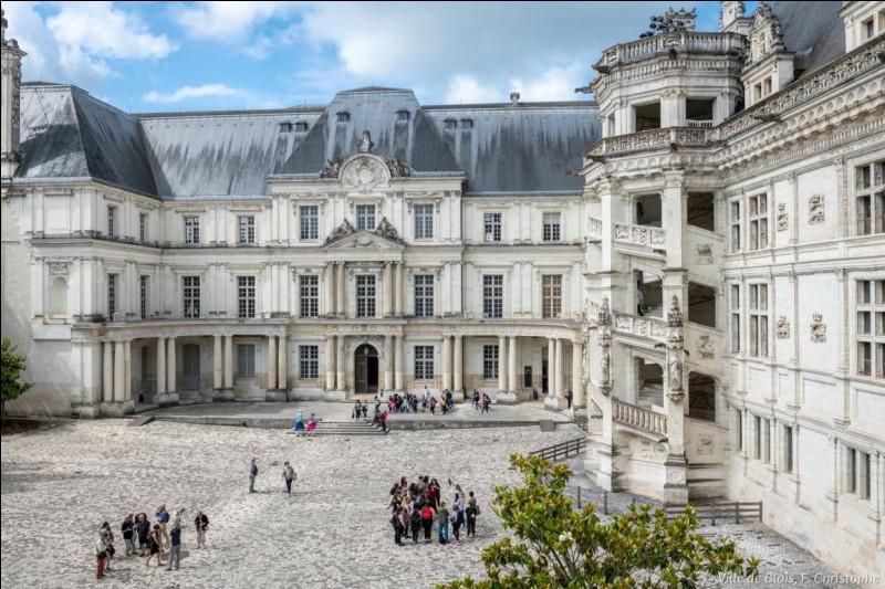Ce château est celui de Blois. Situé sur la rive droite de la Loire, il fut la résidence favorite des rois de France à la Renaissance. Une personne célèbre a été bénie dans la chapelle du château de Blois par Regnault de Chartres, archevêque-duc de Reims. Mais qui est-ce ?