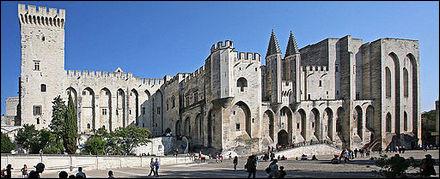 Changeons d'endroit ! Dans quelle ville se trouve le fameux Palais des papes, bâti durant le Moyen Âge ?