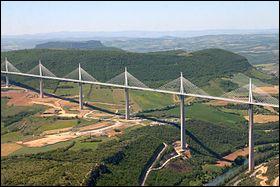 Dans quel département se situe le viaduc de Millau, pont à haubans franchissant la vallée du Tarn, long de 2 460 mètres ?
