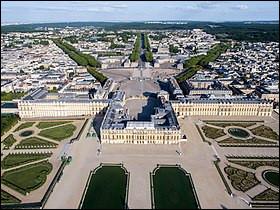 Direction les Yvelines avec ce magnifique château visité par 8 millions de touristes. Quel est le nom de ce château, qui est aussi le nom de la ville dans laquelle il se trouve ?