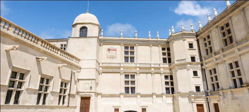 Dans ce village, vous pouvez visiter le château de Grignan. La façade que vous pouvez voir sur l'image date de la Renaissance. Savez-vous quand la construction de ce château a-t-elle débuté ?