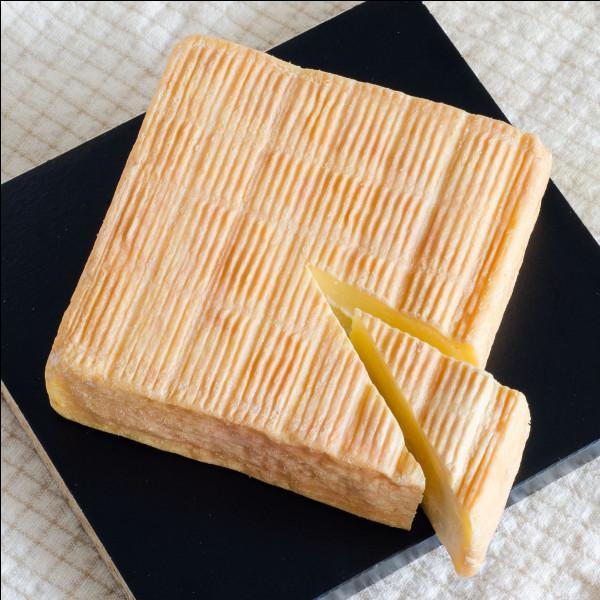 Quel célèbre fromage AOC qui sent très fort trempe-t-on dans le café d'après un film de Dany Boon ?