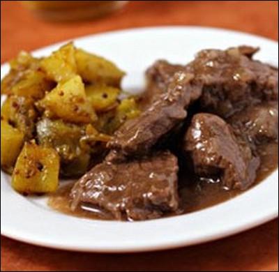 Avec quel alcool est cuit la viande dans une carbonnade flamande ?