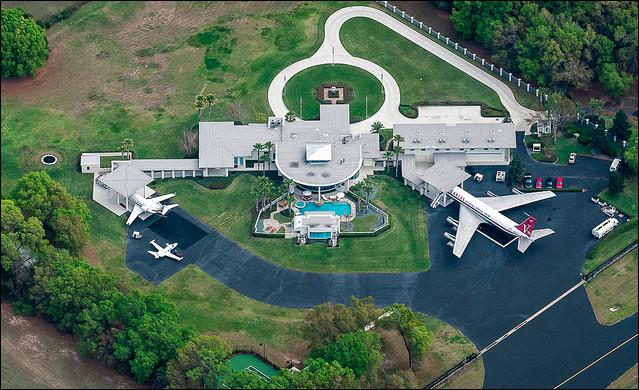 Qui habite dans cette maison avec un aéroport ?