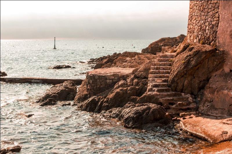 """Je revois notre villa sur les hauteurs avec cette vue magique sur le golfe de Saint-Tropez. J'ai en mémoire ces paysages pittoresques de nos promenades sur les calanques, nous partions du quartier """"San Peire"""" pour regagner Saint-Aygulf par le sentier des douaniers de 12 km, le long du littoral. Nous résidions entre Sainte-Maxime et Fréjus, où étions-nous ?"""
