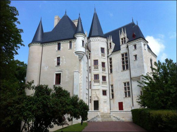 Mon parcours professionnel m'a conduit à Châteauroux. Le château ci-contre est la demeure du préfet. Il a donné son nom à la ville. Quel est son nom ?